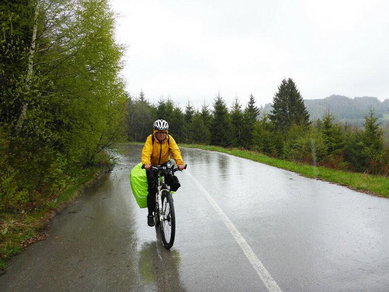 велопоход под дождем в мембранной куртке и штанах