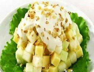 Яблочный салат с орехами и халвой
