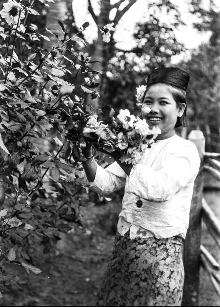 865. Пьи. Женщина у цветочного куста