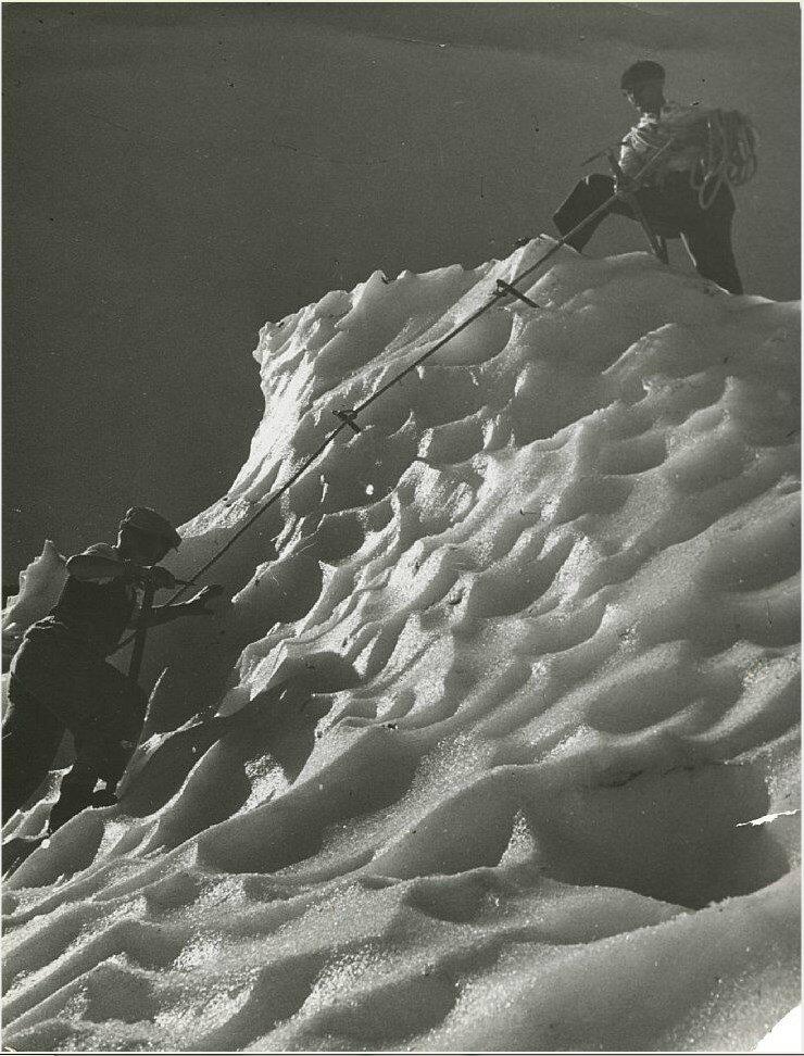 1937. Альпинисты на леднике де Боссон