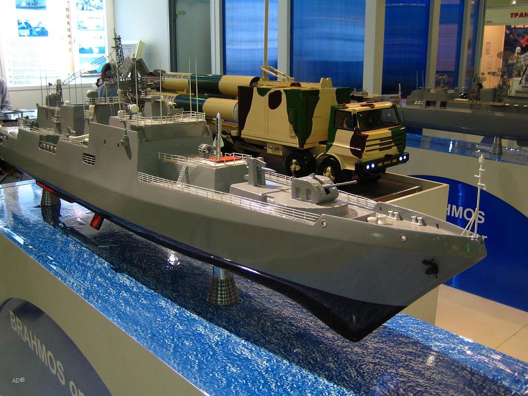 Макет фрегата  INS Teg с ракетным комплексом со сверхзвуковыми противокорабельными ракетами PJ-10 «БраМос».