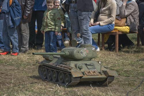 Электрический танк с функцией эмулирования звуков настоящего танка и пускания выхлопных газов :)