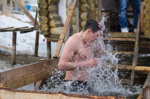 Роспотребнадзор: вода вкрещенских купелях неопасна