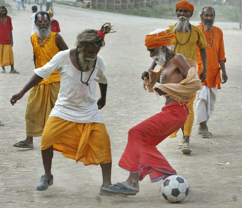 Hinduistickн askйti hrajъ futbal