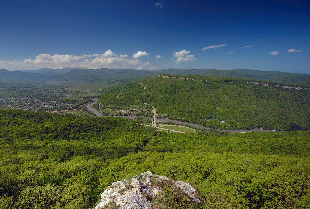 3. Через нее проходят дороги в Гузерипль и через Азишский перевал на Лагонакское нагорье: