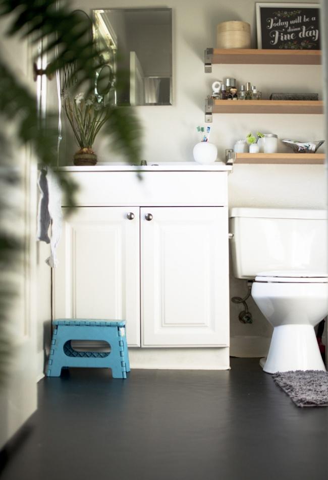 © theplumednest     Легкий ибюджетный способ освежить пол вванной комнате при помощи са