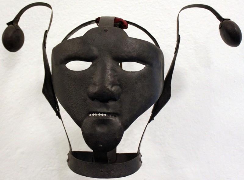 Таким образом, металлический каркас предназначался для женщин, которых обвиняли в сплетнях и клевете