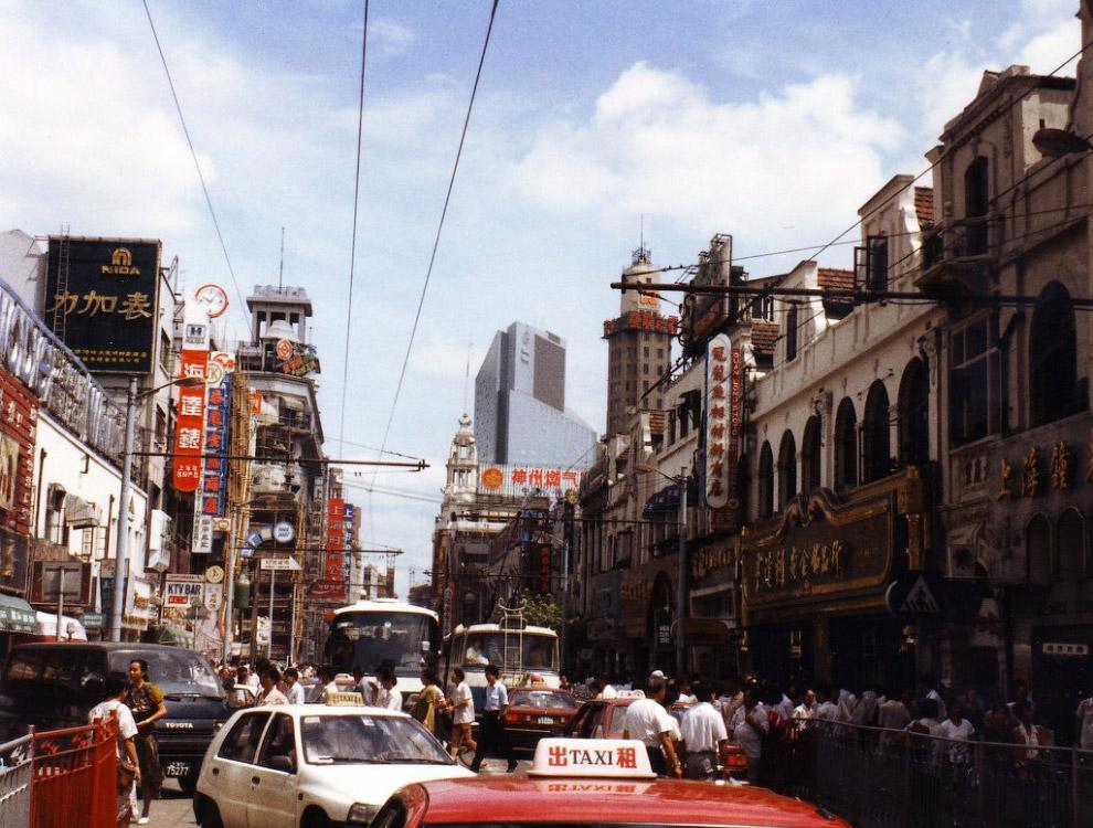 11. В Пекине главный проспект в 1992-м выглядел всё ещё пустовато. И на нём хватало всякий экзотики!