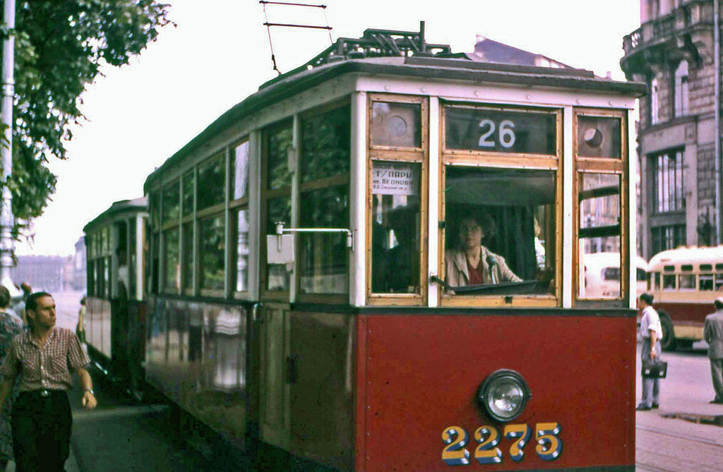 14. Теперь-то женщин-водителей трамваев полным-полно, но в те годы подобная сцена шокировала меня, с