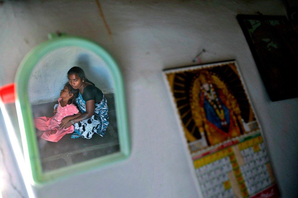 Отражение в зеркале  у входа в гостиницу. Калькутта, Индия, 8 февраля 2012. (Фото Br