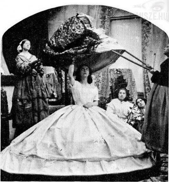 В 60-е годы XIX века кринолины стали такими широкими, что женщины застревали в дверях