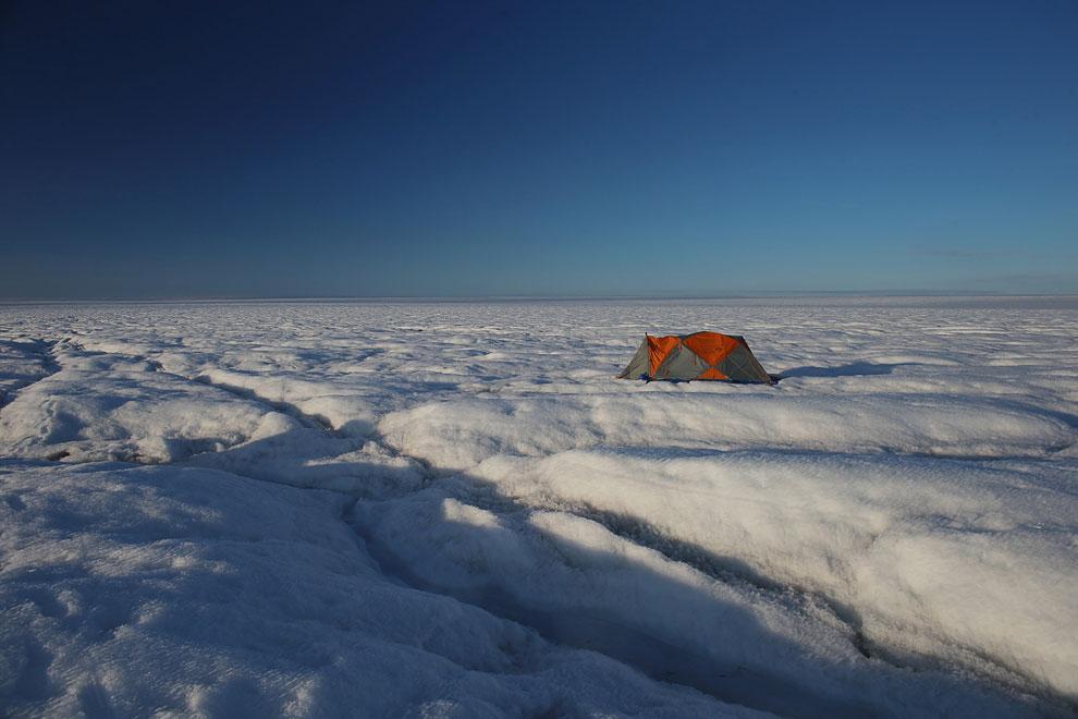Вода и лед. Средняя толщина ледников составляет 2 300 м, наибольшая — 3 400 м. Объем льда — 2.6 млн