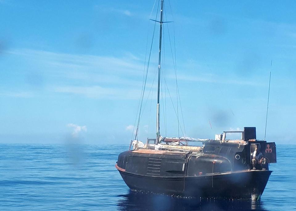 Поляк оборудовал шлюпку мачтой, рулем и мотором, превратив в подобие яхты. Пока он работал, срок дей