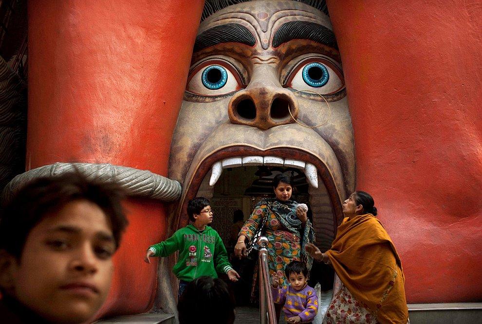 Электрик за работой, Аллахабад, Индия, 30 декабря 2011. (Фото Rajesh Kumar Singh | AP):