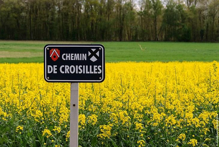 На табличке с названием (тропа Круазий — так называется ближайшая деревня) находится место даже для