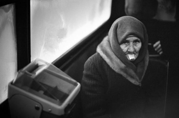 Бабушка в общественном транспорте. СССР, Новокузнецк,1980 год.   2. Перед началом первом