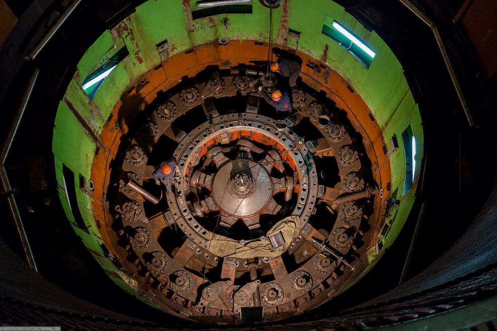 14. По центру — система изменения угла атаки лопаток турбины. Используется в начале старта для плавн