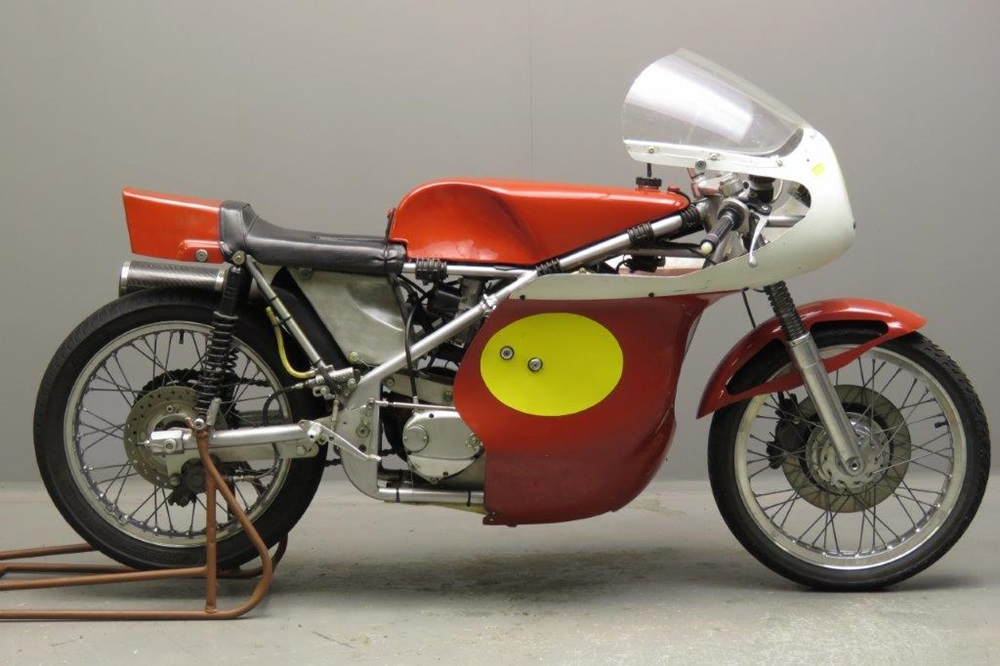 Старинный гоночный мотоцикл Seeley-Matchless G50