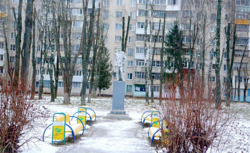 Парк возле налоговой. Памятник А.М. Горькому