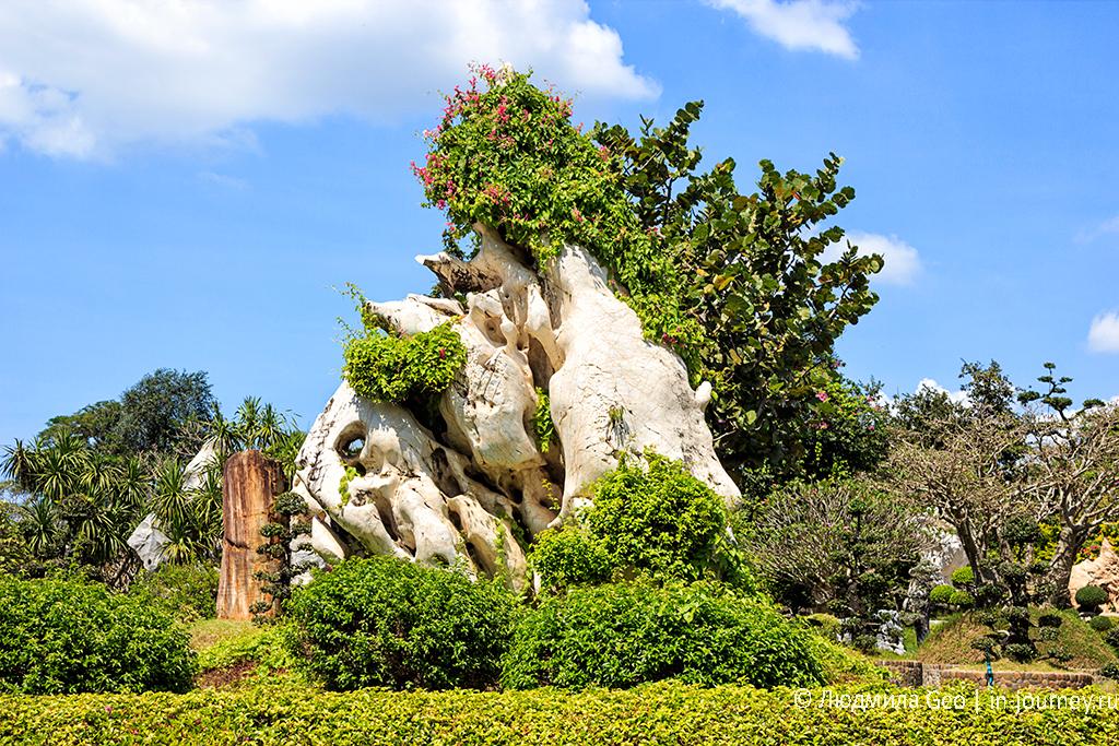 окаменелое дерево и каменная скульптура в парке миллионолетних камней