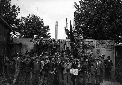 Grévistes-métallurgie-usine-banlieue-Paris1936.jpg