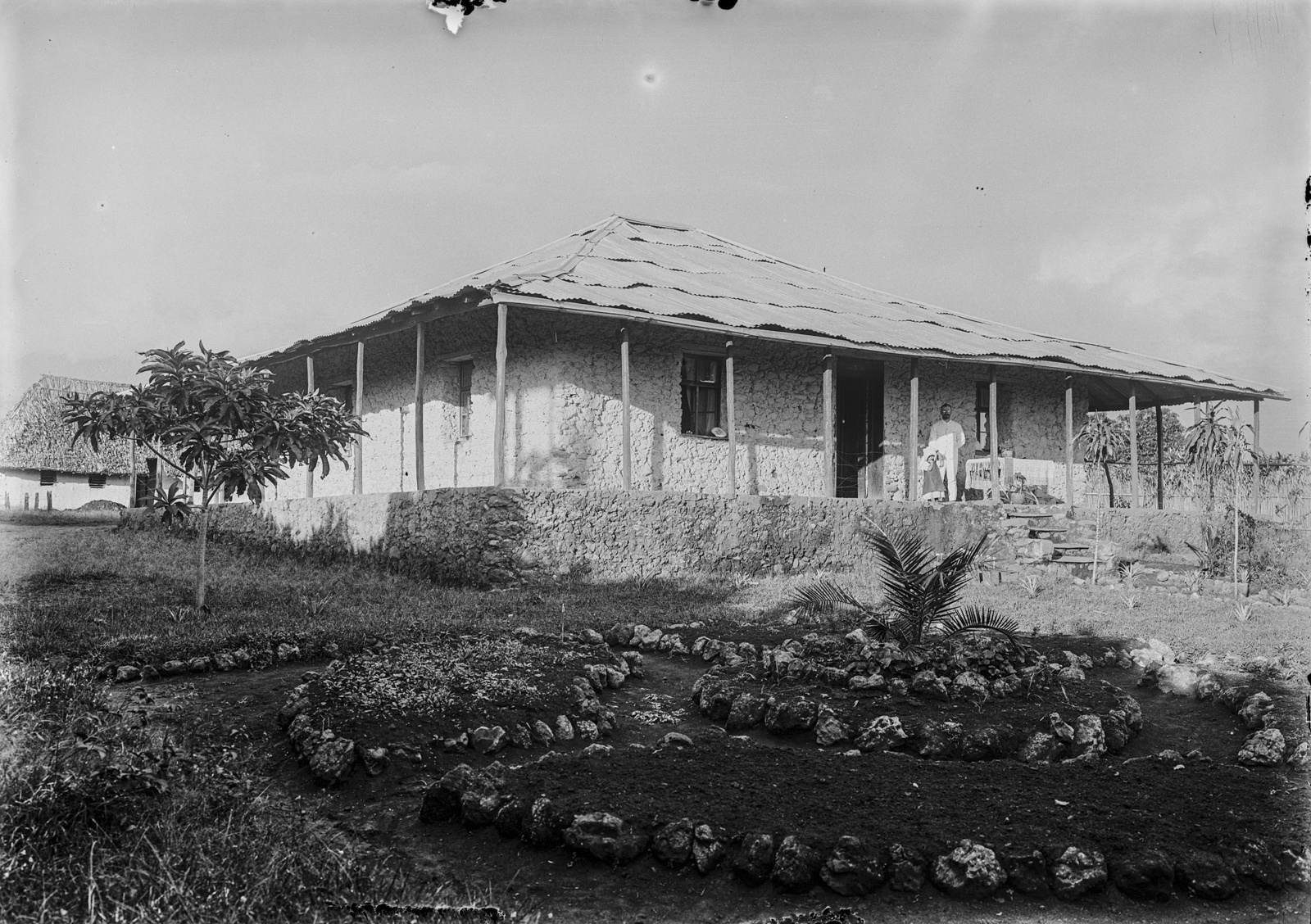 154. Станция немецкого общества Восточной Африки (ДОАГ) в Марангу. Дом с садом