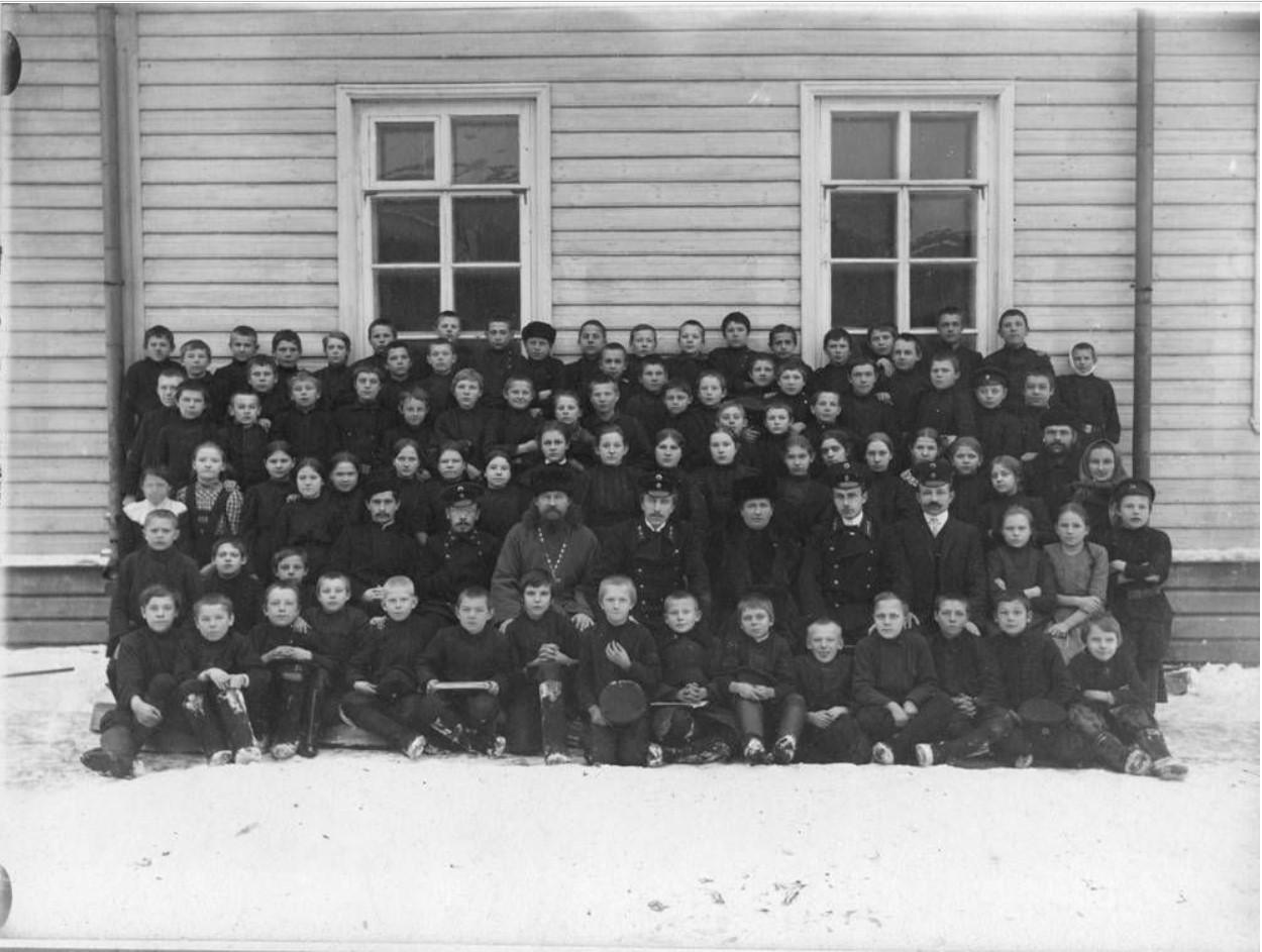 Ученики Онежского Высшего начального училища по случаю отъезда А.Н.Ефимова 24 ноября 1912