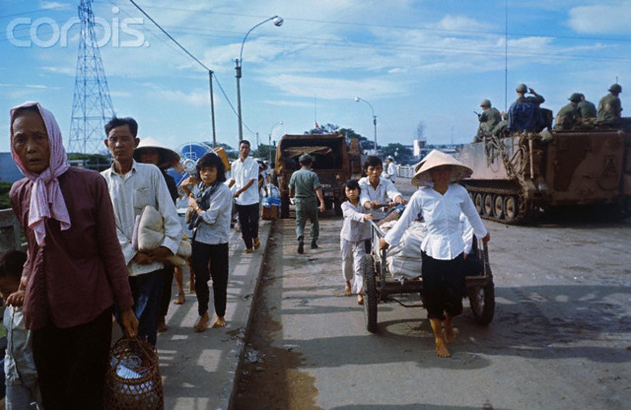 Вьетнамцы покидают свои дома в районе Тёлон. 8 мая