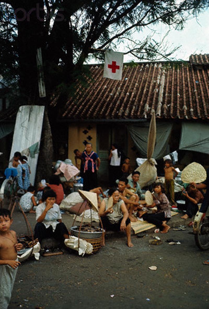 Вьетнамцы начинают собирать щебень в рамках подготовки к восстановлению своих домов в районе Тёлон. 18 мая