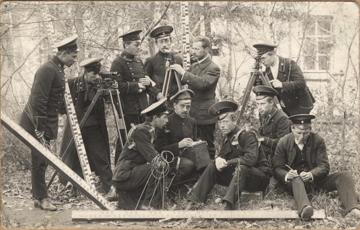 Ученики 4 класса горного училища с преподавателем. 1914