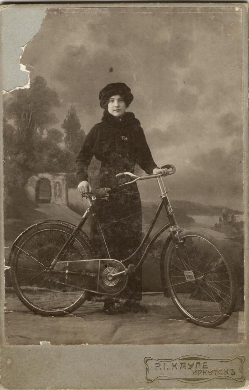 Васильева Мария Владимировна возле велосипеда. 1914