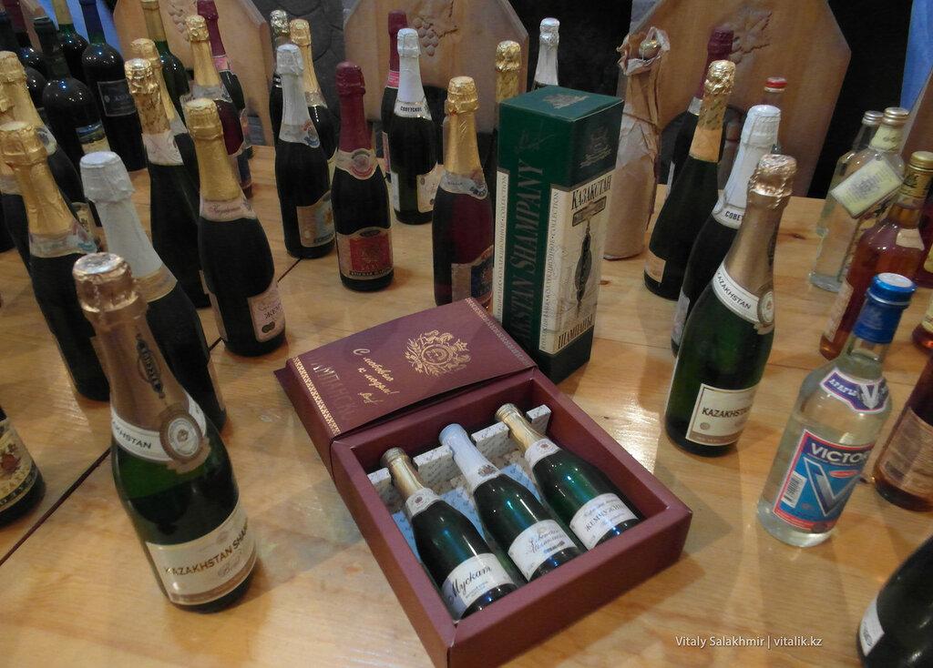 Бутылки на столе в музее Бахус