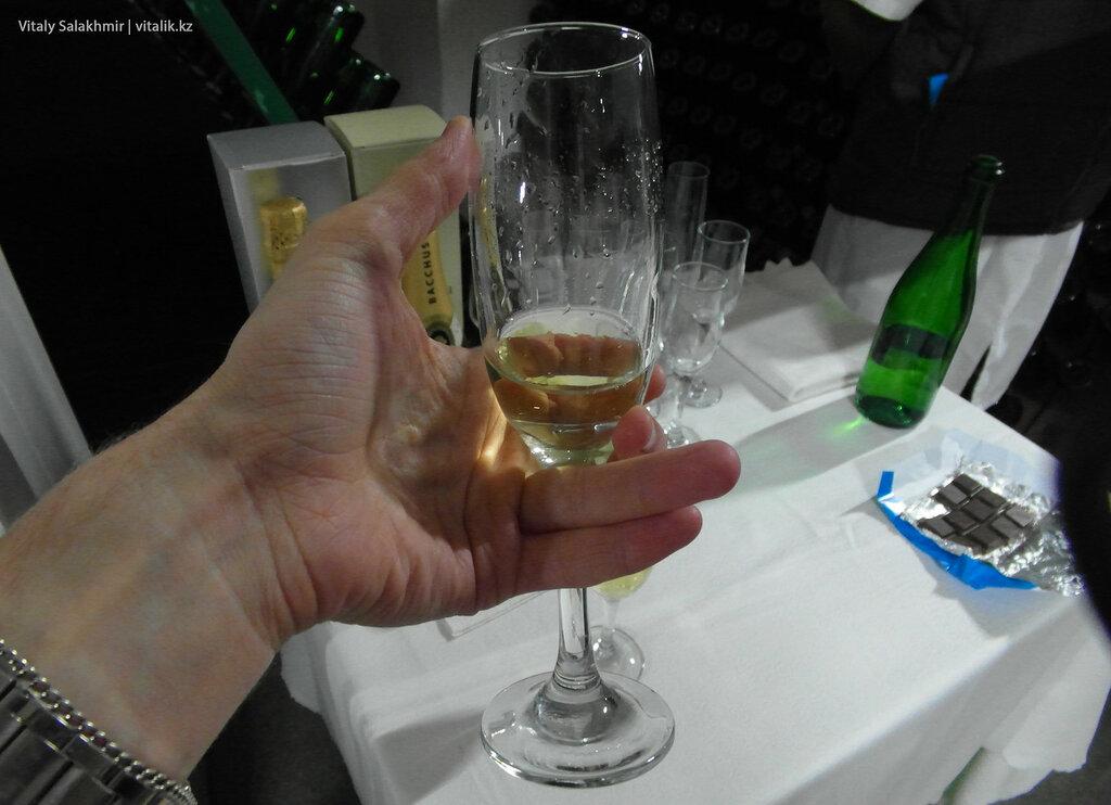 Шампанское Бахус в фужере, дегустация