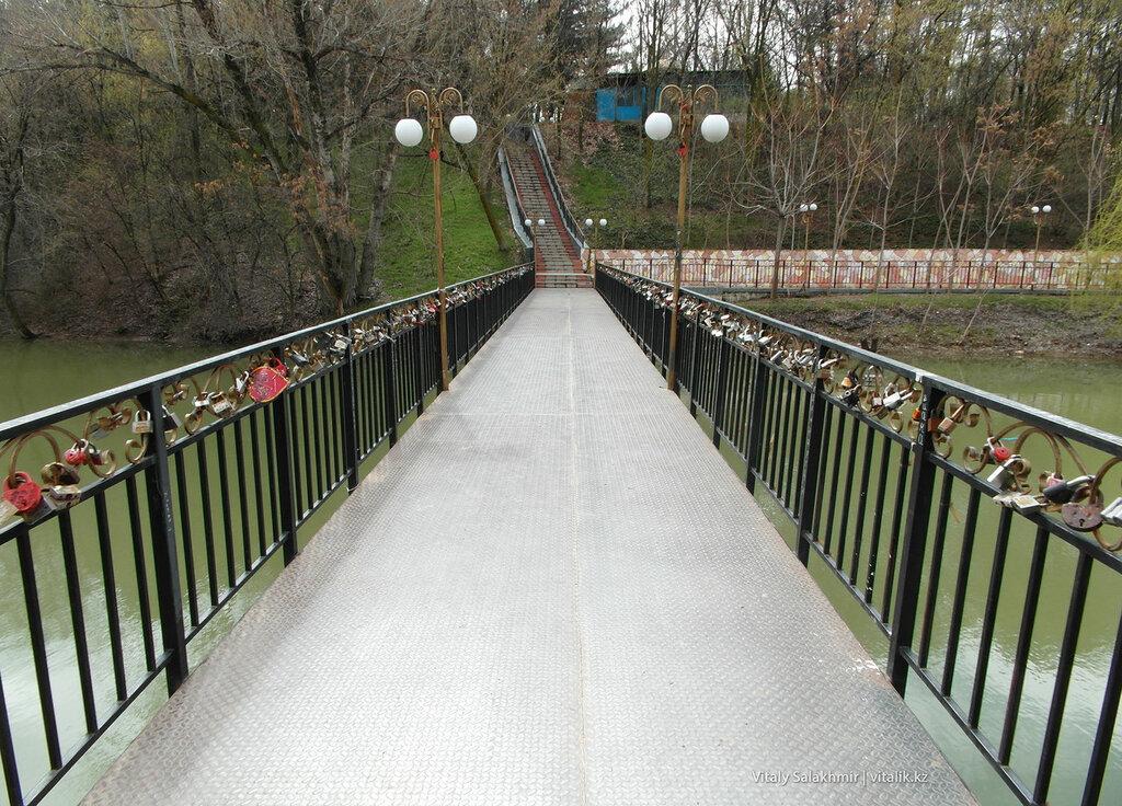 Мост с замками в дендропарке Шымкента