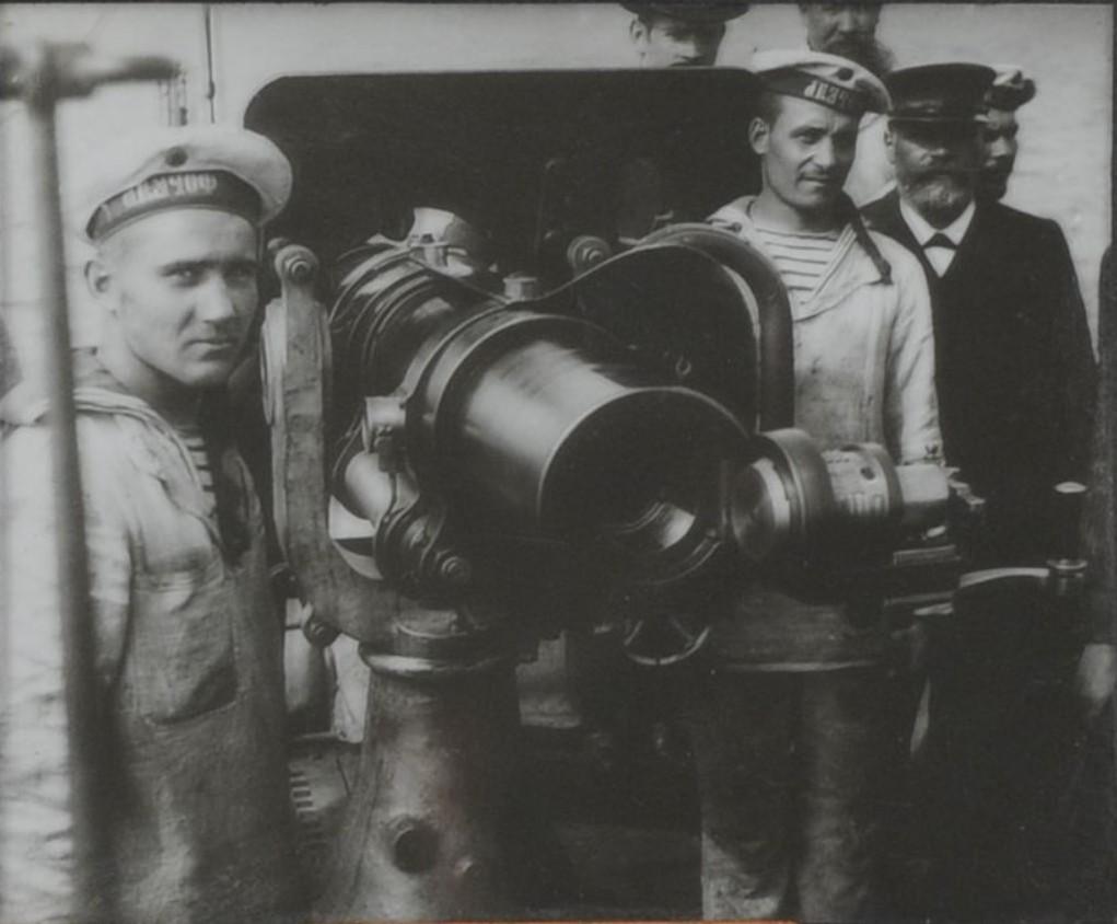 Матросы подводной лодки Форель и гражданские у корабельного орудия. 1900-е
