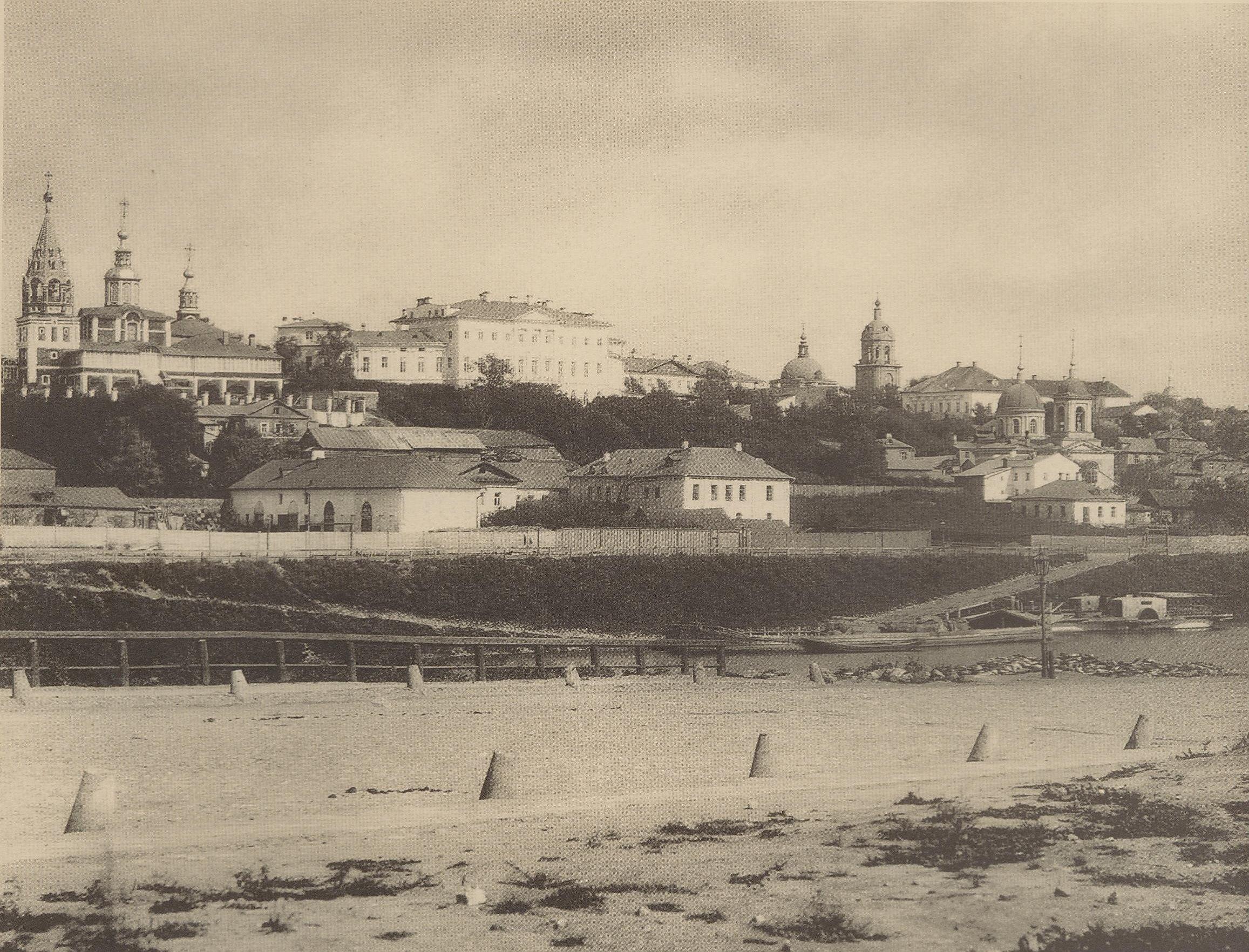 Вид Вшивой горки из-за Москвы-реки