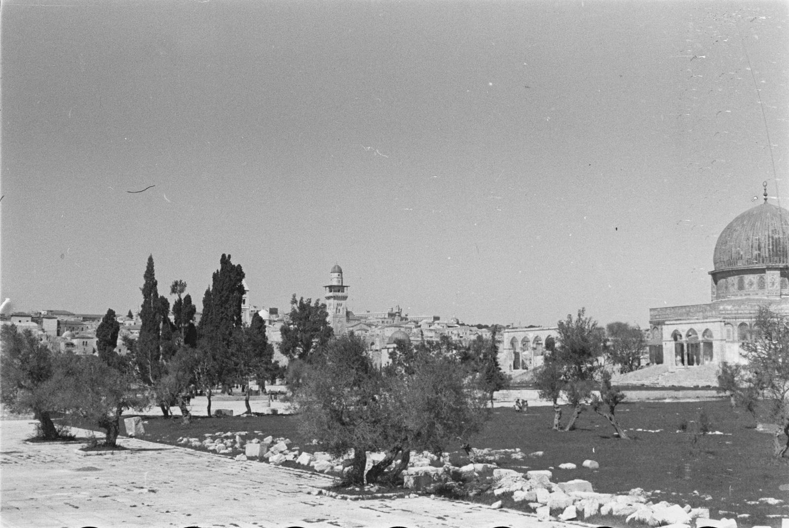 Вид на Иерусалим. Справа - купол Купола Скалы