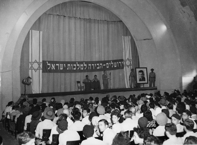 Под транспарантом провозглашающим «Иерусалим столицей Израиля» выступают руководители группы «Лехи» в Иерусалиме. Август