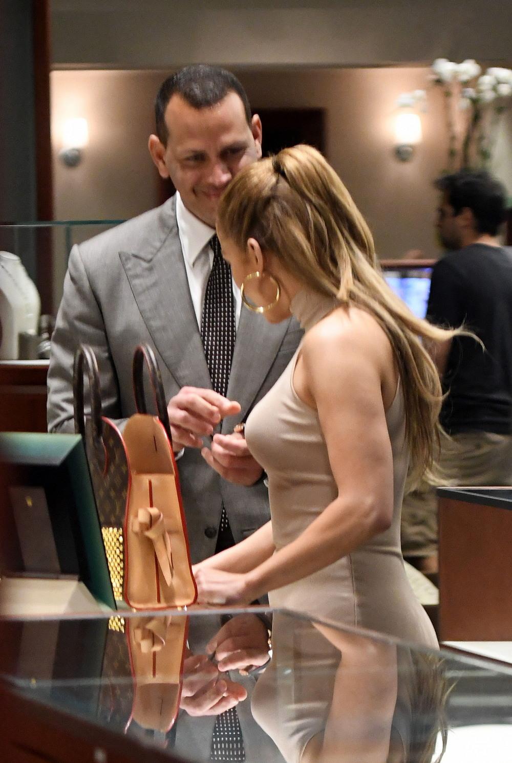 Дженнифер Лопес с кавалером посетила ювелирный магазин