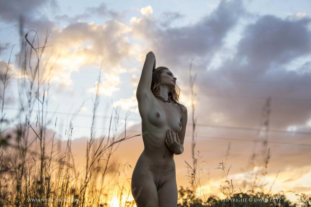 Обнаженная Evelyn на закате солнца