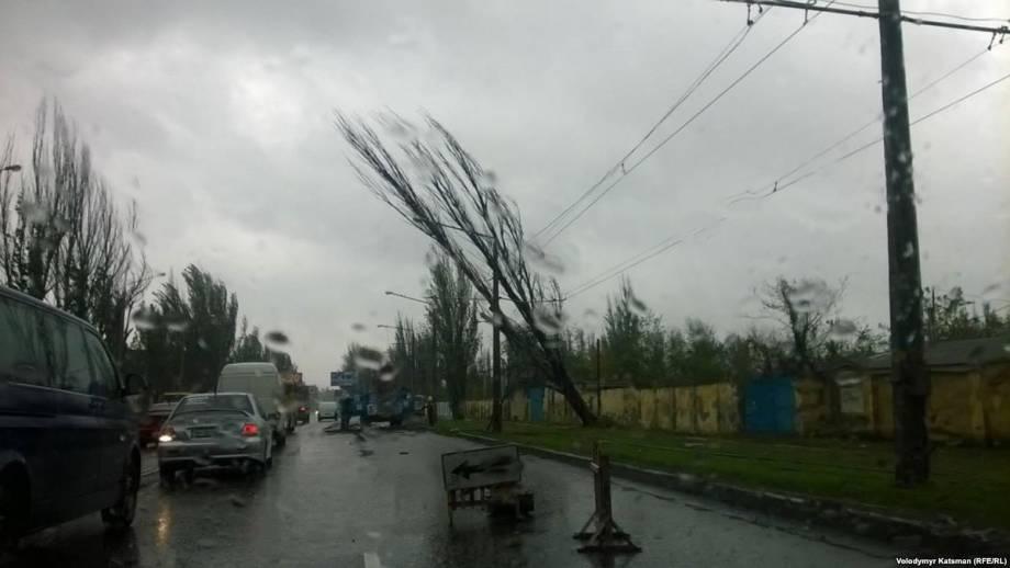 ГСЧС: из-за сильного ветра в Украине обесточены почти 200 населенных пунктов