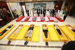 Люди лежат в гробах во время открытия похоронного бюро в Чунцине, Китай. 27 апреля 2017 года. Фото: REUTERS    CHINA-ODDLY/