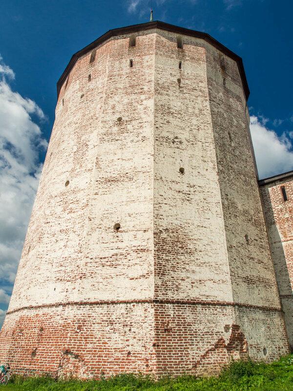 Стоит и Кузнечная башня.