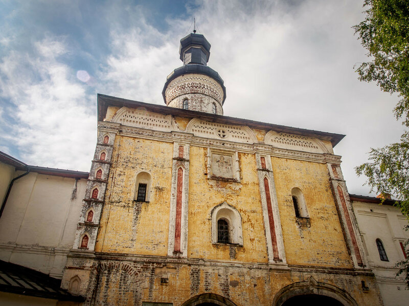 Возвышаясь над главным входом в монастырь, храм выглядел нарядно и торжественно.