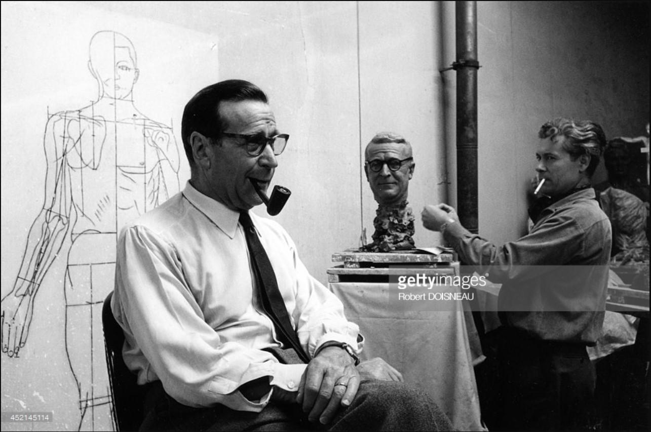 1962. Жорж Сименон в Музее Гревена позирует для своей статуи. 4 сентября