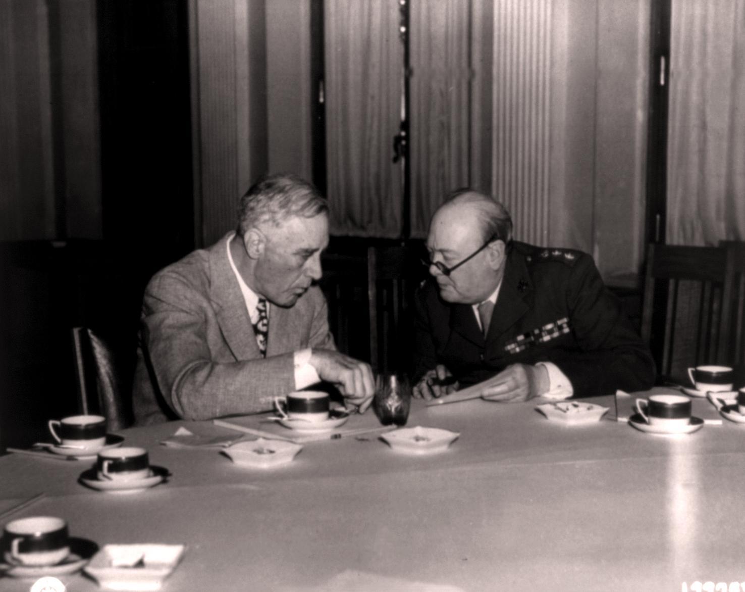 Президент Франклин Рузвельт и премьер-министр Уинстон Черчилль обсуждают послевоенную реорганизацию Европы в Ливадийском дворце