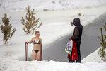 Сибирская лав-сторь 2: парень фотает девушку в проруби