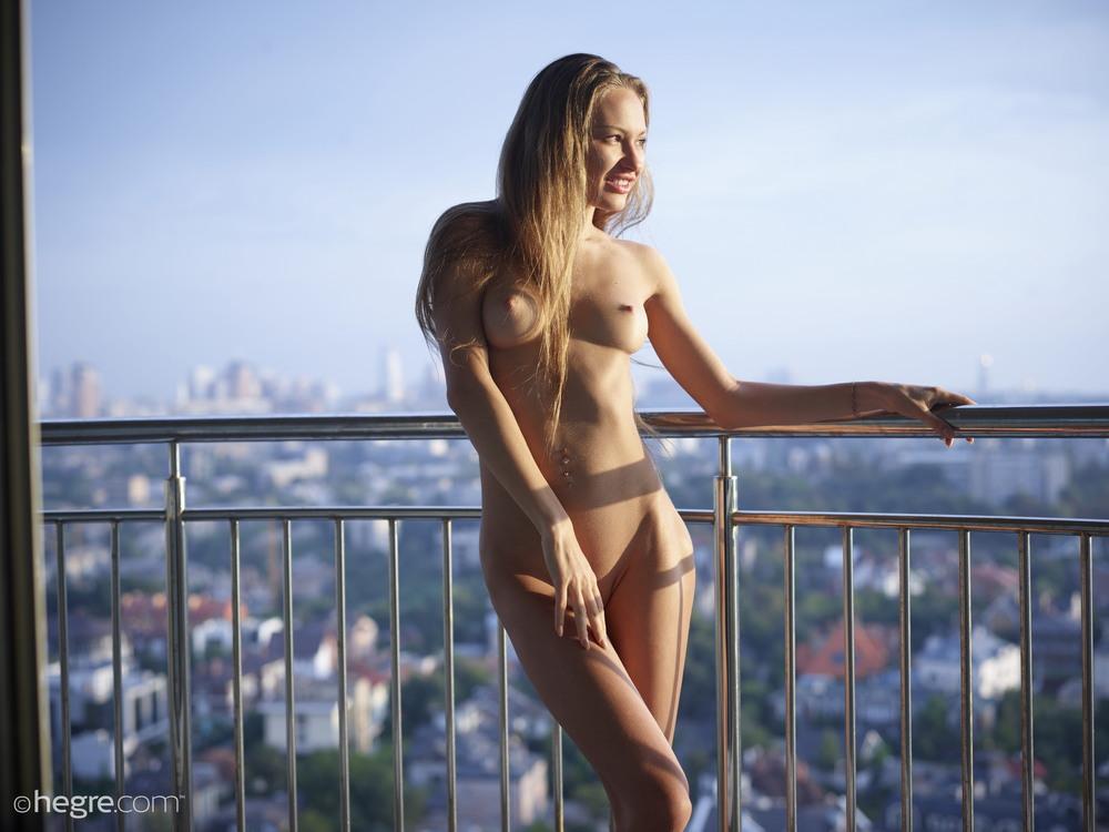 Голая Jolie любуется Киевом