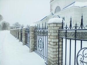 Новая ограда возле храма