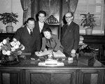 Edith Piaf signe le Livre d'or de la Ville de Montréal (le 10 mai 1955)